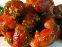 Куриные сердечки в томатном соусе с кориандром