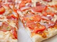 Пицца с помидорами и беконом