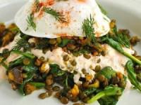 Салат с чечевицей и яйцами-пашот