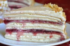 Сливочно-творожный блинный торт с вишневым джемом