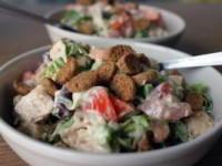 Сытный салат с курицей и сыром к ужину