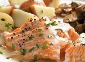 Жареный лосось в винном соусе