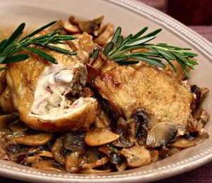 Жаркое из курицы с грибами, луком и розмарином