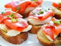 Хрустящие бутерброды с моцареллой и копченым лососем (кростини)