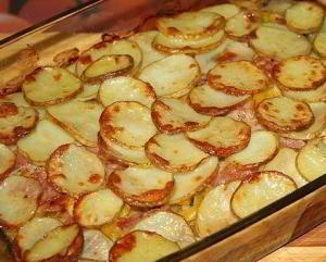 Запечённый молодой картофель с беконом и овощами