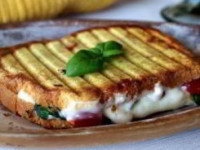 Необычный бутерброд Капрезе с соусом