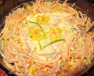 Салат из свежей моркови с копченой колбасой и кукурузой «Аврора»