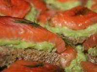 Бутерброды с семгой и авокадо