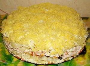 Cлоеный салатик с копченной курицей, черносливом и сыром