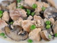 Курица с грибами и зеленым горошком