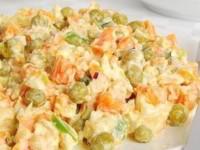рецепт Салат из куриного мяса с морковью и зеленым горошком