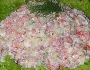 рецепти Салат с копченой колбаской