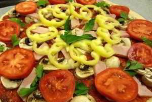 Время приготовления: 60 минут Порций: 4-6  Вам потребуется:  для тонкого теста: 100 гр. теплой воды; 0,5 ч.л. сухих дрожжей; по 1 чайной ложке сахара и соли; 2 стакана просеянной муки; 1 яйцо; 2 ст. л. оливкового масла.  Для начинки: Томатный соус (100 гр. помидоров, оливковое масло, сухой базилик, орегано, соль, сахар); 100 гр. помидоров; 100 гр. ветчины; 120 гр. сыра; 50 гр. болгарского перца; 100 гр. свежих шампиньонов.  Как готовить:  1. Замесите тесто: растворите в теплой воде сахар, сухие дрожжи и соль.  2. Всыпьте половину муки, размешайте и добавьте яйцо, еще раз хорошо размешайте массу.  3. Добавьте остальную муку, оливковое масло и вымесите тесто.  4. Разделите тесто напополам: из каждой половинки вы сможете приготовить пиццу диаметром 35-40 см.  5. Раскатайте тесто в виде круглого тонкого блина, по мере необходимости подсыпая муку.  6. Приготовьте томатный соус: 2-3 средних помидора ошпарьте кипятком и удалите кожицу, измельчите их в блендере, добавьте щепотку сухого базилика и орегано, оливковое масло, сахар, соль. Проварите соус 5 минут, и дайте немного остыть.  7. Всю площадь теста намажьте томатным соусом.  8. Выложите нарезанные грибы, ветчину, сладкий перец, помидоры, посыпьте натертым сыром и зеленью.  9. Поставьте пиццу на 15-20 минут в заранее разогретую до 220 градусов духовку. Важно: не передерживайте ее в духовке, иначе тесто не получится мягким!