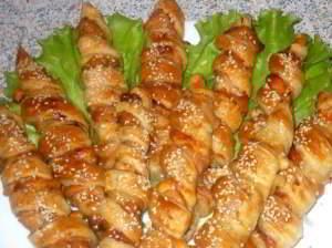 рецепт Шашлычки из индейки с ананасами в слоеном тесте