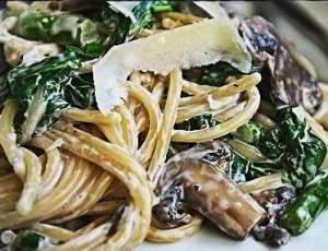 Спагетти с грибами, спаржей и шпинатом