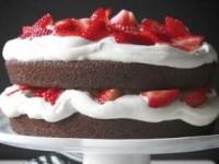 Шоколадный торт с клубникой и сливками