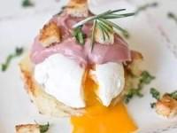 Яйца-пашот с божоле