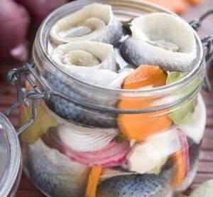 рецепт Селедочка маринованная пряная с лимонным соком