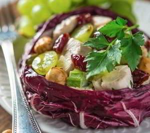 Куриный салат с виноградом, вишней и орехами