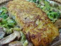 Лосось, зажаренный в картофеле, с пореем и лесными грибами в сливочном соусе