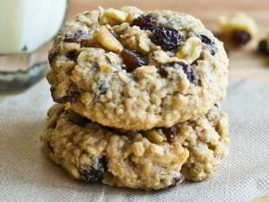 Овсяное печенье с изюмом, орехами и корицей