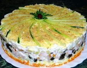Слоеный закусочный торт с копчёной курицей, черносливом и шампиньонами