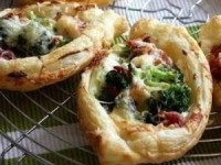 Хрустящие мини-пиццы с беконом и брокколи