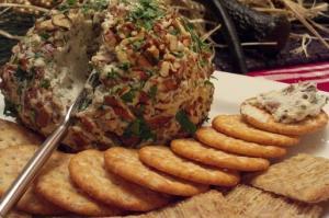 Закуска в форме шара с сыром и финиками