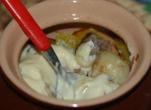 Картофель с мясным фаршем и плавленным сыром в горшочках