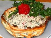Нарядный салат в корзиночке из слоеного теста