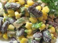 Салат из кукурузы и фасоли с сухариками