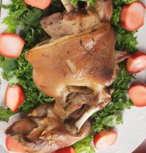 Свиные голяшки с маринованной редиской