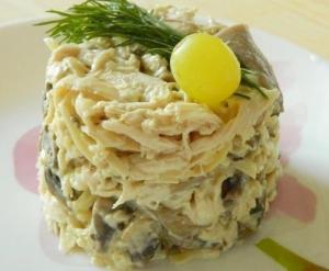 Грибной салат с курицей