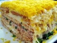 Закусочный рыбный торт-салат с крекерами