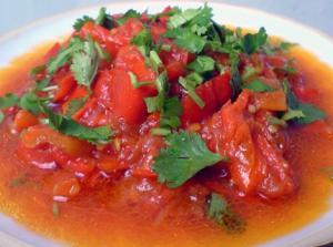 Тушеный красный перчик с помидорами
