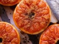 Запеченный грейпфрут с корицей и коричневым сахаром