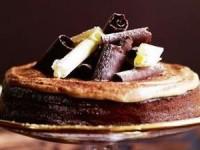 Нежное шоколадное суфле, взбитые сливки и украшения из шоколада
