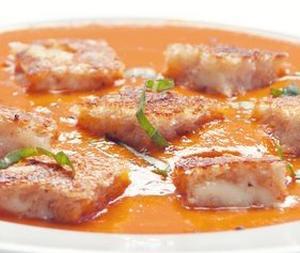 Острый томатный суп с сырными гренками