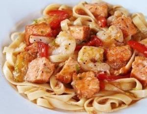 Паста с острыми креветками и лососем