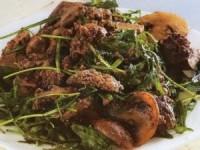 Салат из рукколы с куриной печенью