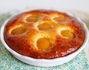 Творожный пирог с персиками и джемом