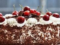 Шоколадный торт с вишней и сливками