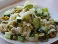 Сырный салат с огурцом и оливками