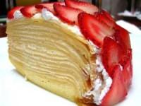Блинный пирог с бананом и клубникой