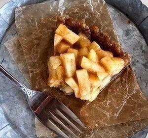 Карамельный яблочный пирог без выпечки и без муки