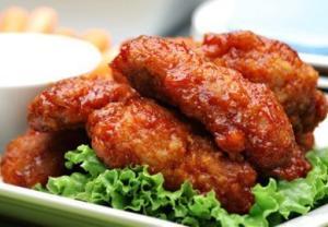 Куриные крылышки с чесноком в томатном соусе
