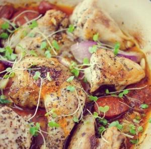 Курица, запеченная с колбасками и луком