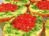 Мини-бутерброды с красной икрой и авокадо
