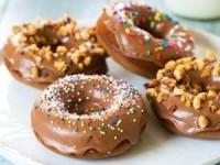 Пончики с шоколадной пастой в шоколадной глазури