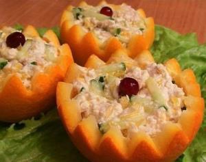 Салат с куриным филе и огурцами в апельсине